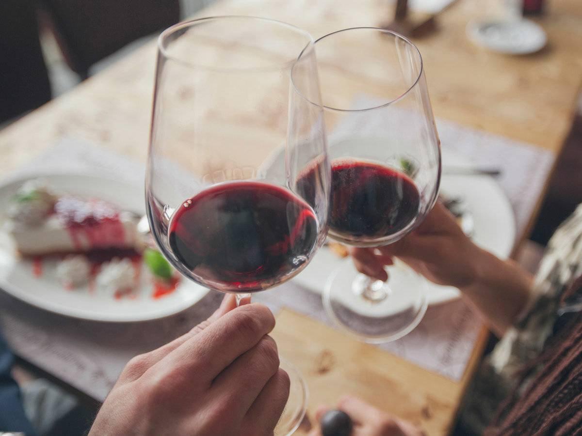 Net ir nedidelis raudono vyno kiekis kenkia širdžiai
