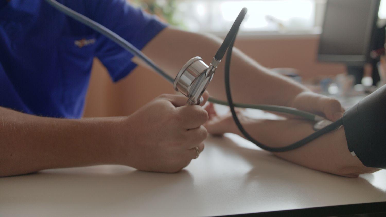 Krūtinės skausmai praneša ne tik apie širdies ligas: kaip atpažinti?